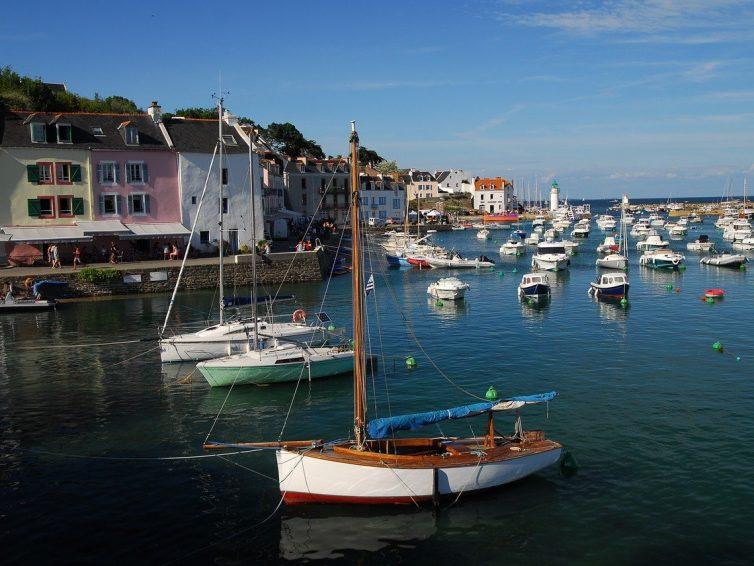 Traversée ile de groix : embarquer pour découvrir un sentier côtier unique entouré de voiliers et de vedettes